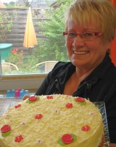 ehrenamtliche Mitarbeiterin mit Kuchen
